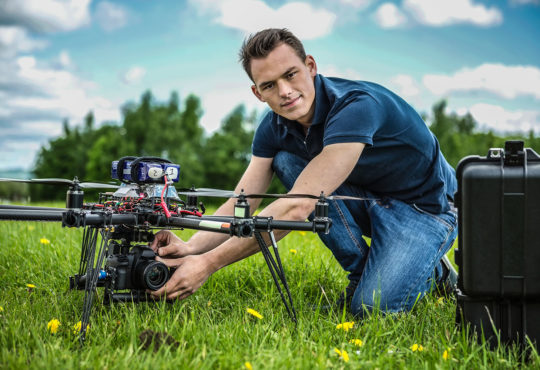 Zajęcia z praktycznym wykorzystaniem dronów to część programu studiów geoinformatyki na UAM w PIle. Fot. Chroma Stock