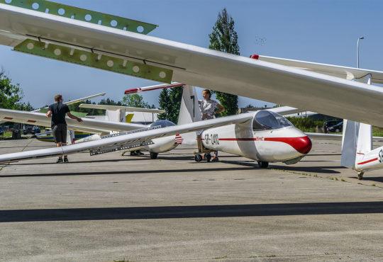 Szybowce przed hangarem na lotnisku w PIle. Fot. Marcin Maziarz