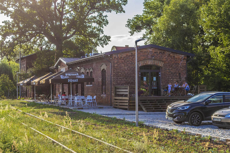 Cafe 15 w Lubaszu. Burger z widokiem na tory