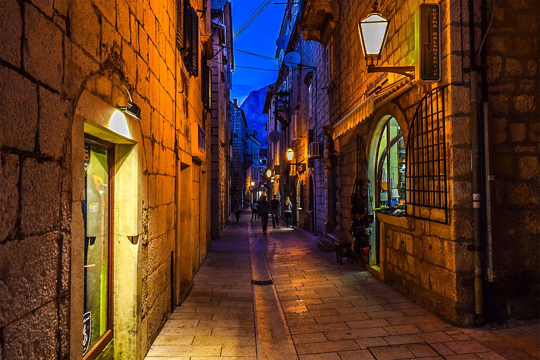 Jedna z wielu ciasnych uliczek w Makarskiej. Fot. Marcin Maziarz