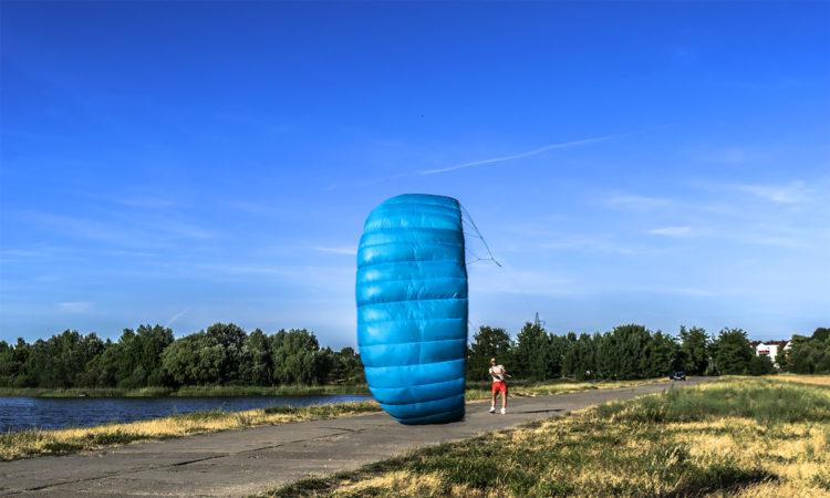Zabawa z latawcem treningowym. Fot. Marcin Maziarz