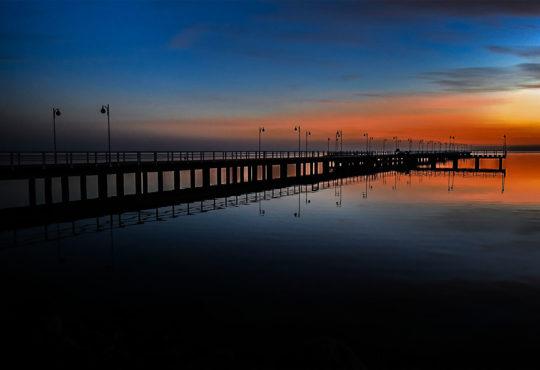 Molo w Juracie skąpane w zachodzącym słońcu. Fot. Marcin Maziarz