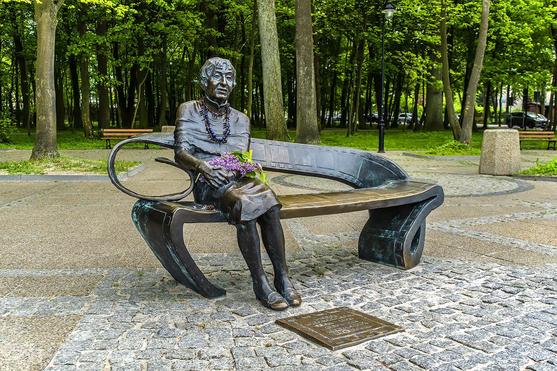 Na ławeczce przy bulwarze przysiadła Irena Kwiatkowska. Fot. Marcin Maziarz