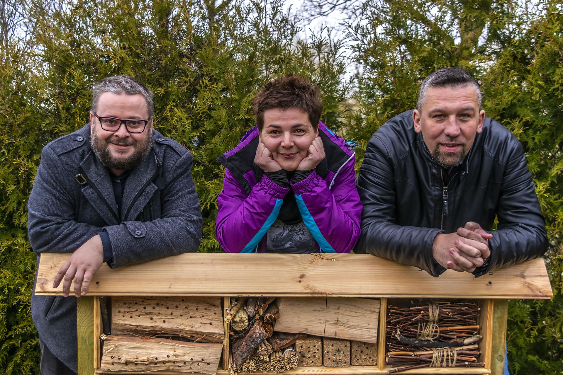 Ludzie stojący za Fundacją Pszczoła. Od lewej: Krzysztof Rauhut, Bożena Wola, Tomasz Wola. Na zdjęciu brakuje Honoraty Rauhut. Fot. Marcin Maziarz
