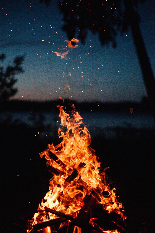 Ognisko w kwietniowy weekend? Fot. Nathan Lindahl/Unsplash