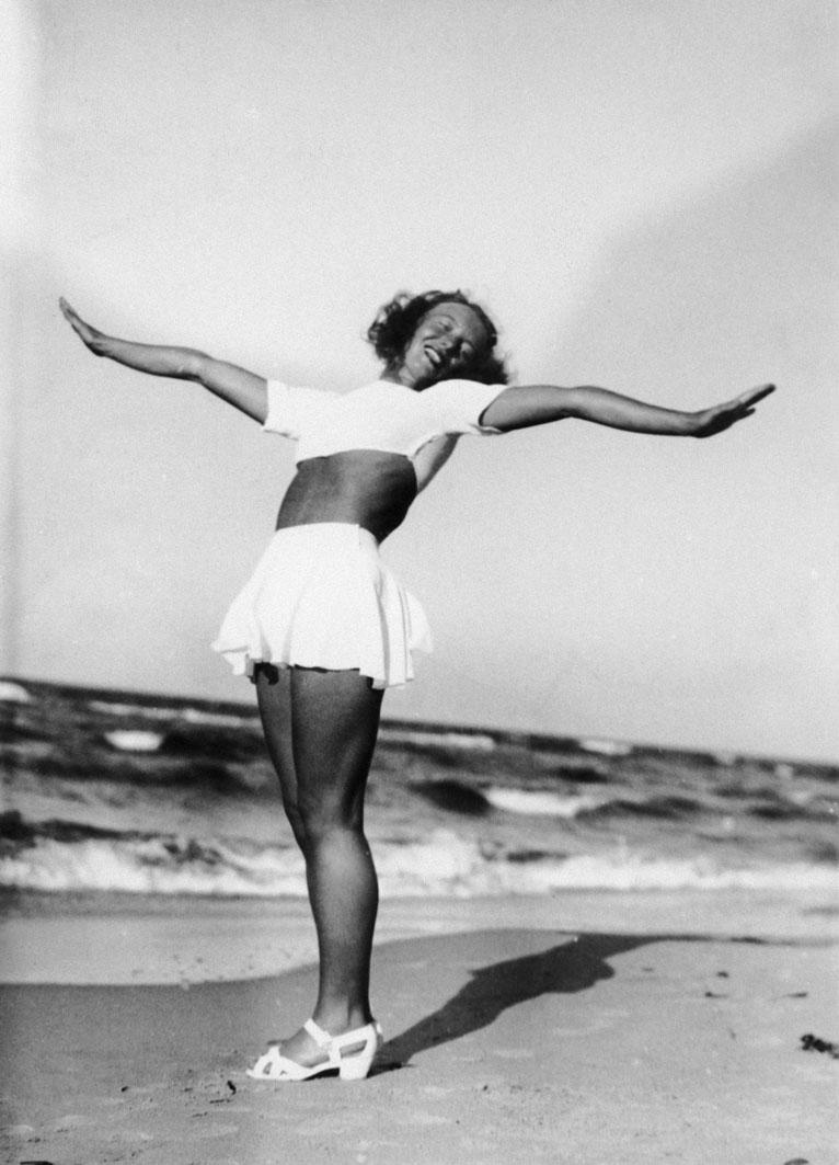Tancerka Ziuta Buczyńska podczas pobytu wypoczynkowego w Jastrzębiej Górze