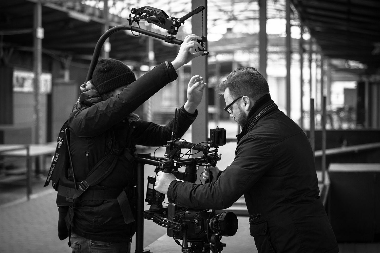 """Na planie filmu """"Echo"""": Tymon Tykwiński i Kamil Januszewski przygotowują kamerę. Fot. Zbigniew Komorowski"""