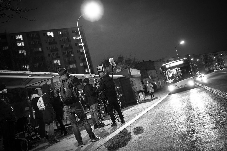 """Na planie filmu """"Echo"""". Scena na przystanku przy Placu Konstytucji 3 Maja w Pile. Fot. Zbigniew Komorowski"""