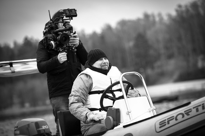 Sceny nagrywane na jeziorze Płotki w Pile wymagały od operatora szczególnych umiejętności. Łódź zabezpieczył pilski MOSiR. Fot. Zbigniew Komorowski