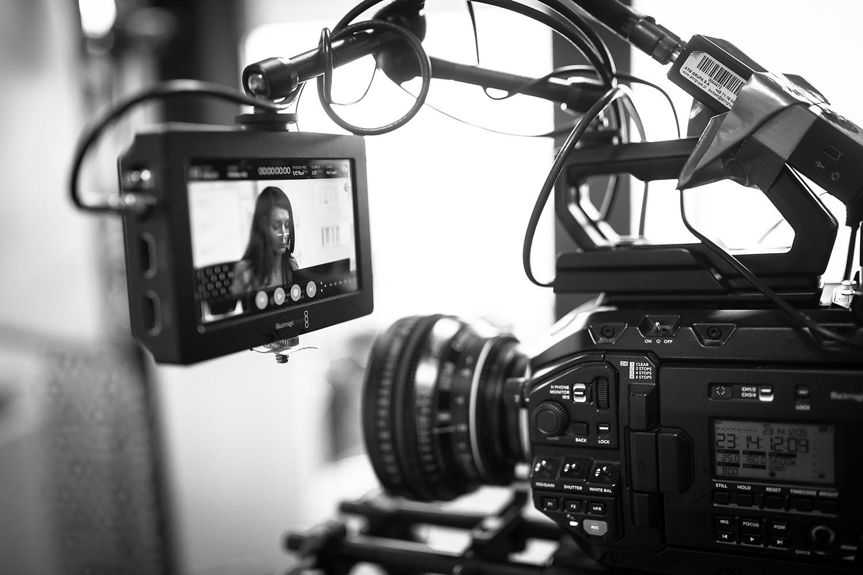 """Na planie filmu """"Echo"""". Na monitorze podglądowym – Patrycja Jankowska. Fot. Zbigniew Komorowski"""