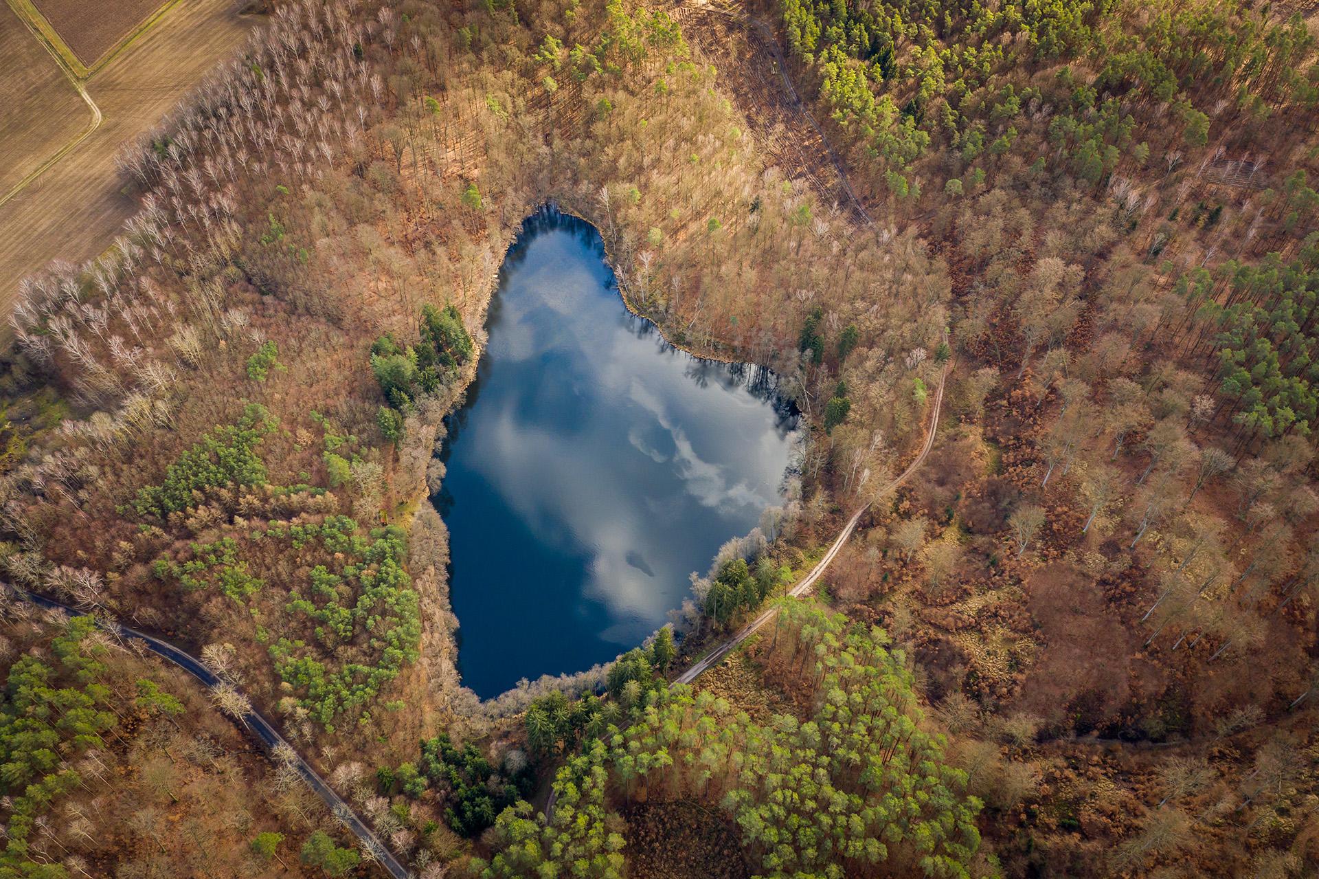 Jezioro Rakowe - jezioro w kształcie serca w Polsce, w gminie Szydłowo, 20 minut drogi od Piły. Fot. Sławek Nakoneczny