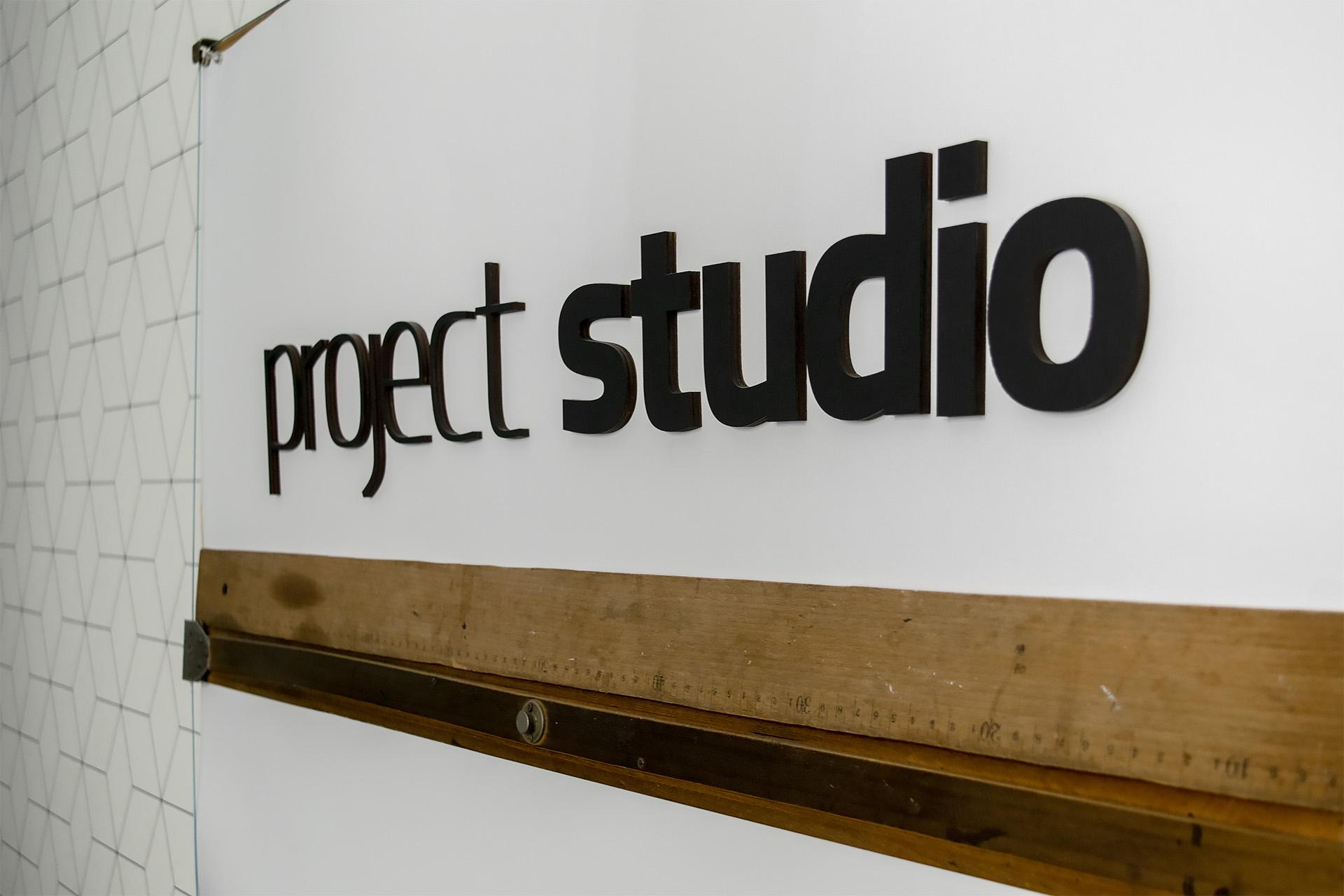 Logo Project Studio na starej desce kreślarskiej, na której zostało narysowanych wiele budynków stojących dziś w Pile. Fot. Marcin Maziarz