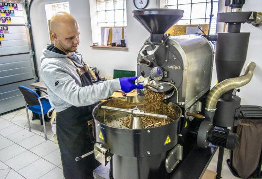 Rzemieślnicza palarnia kawy Coffee Cave. Adam Strógarek przy pracy. Fot. Marcin Maziarz