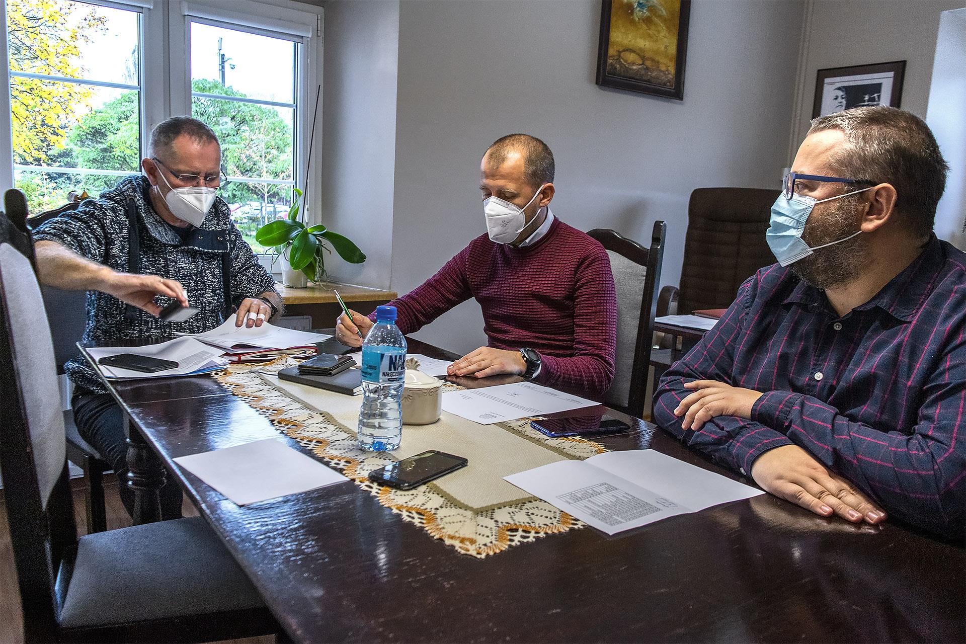 Targ Chryzantemowy w Pile. Poranna narada w RCK. 2 listopada 2020. Fot. Marcin Maziarz