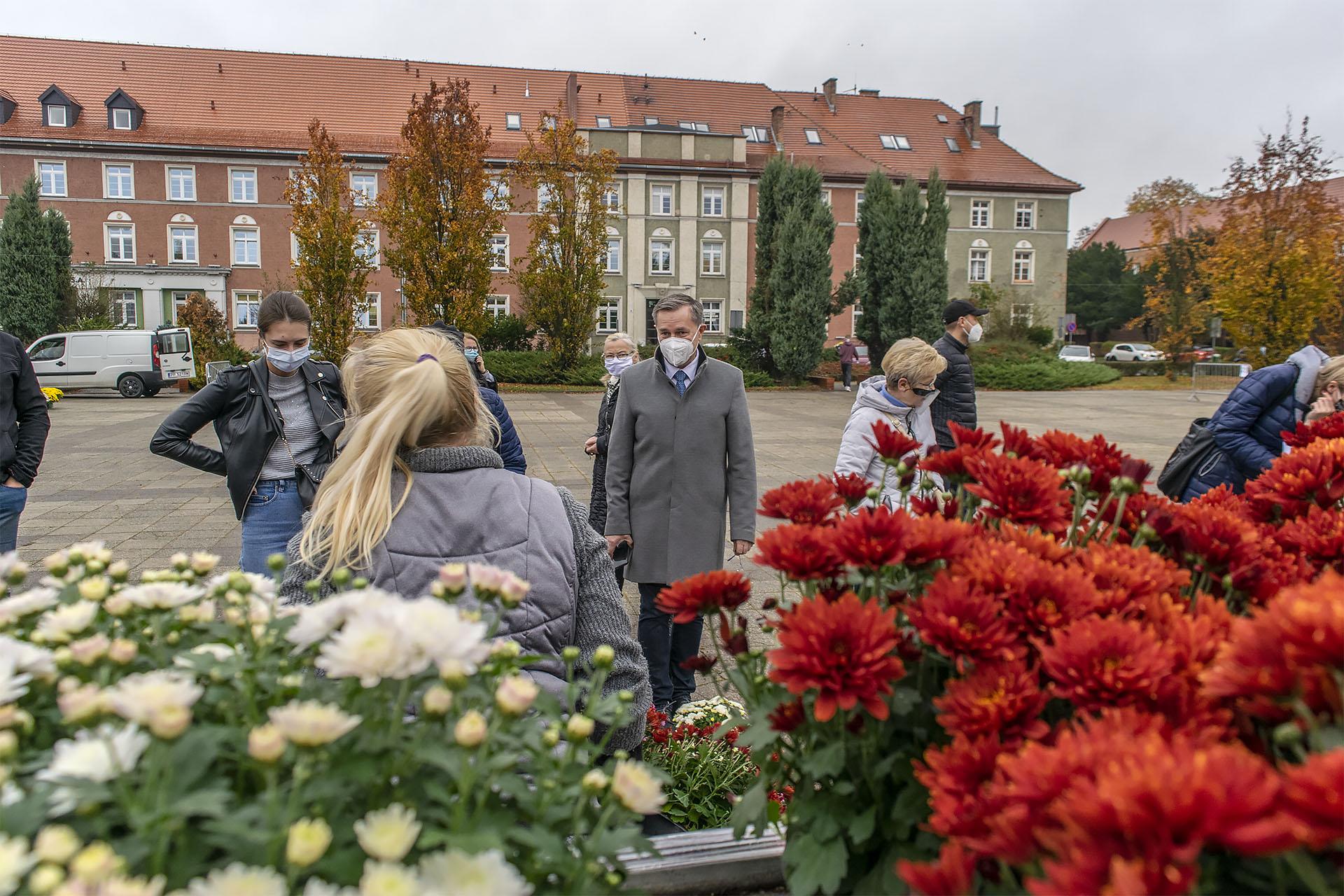 Targ Chryzantemowy w Pile. Piotr Głowski, prezydent Piły. 2 listopada 2020. Fot. Marcin Maziarz