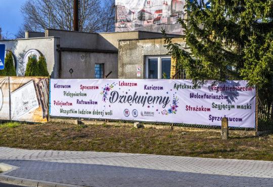 """Na początku kwietnia na płocie K2Print.pl przy Wawelskiej zawisł banner z hasłem """"Dziękujemy"""". To kwintesencja podejścia K2 do biznesu. Fot. Marcin Maziarz"""