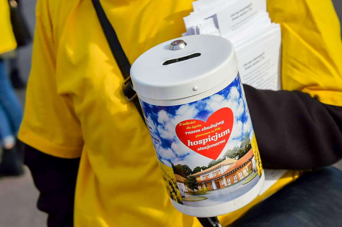 1 listopada wolontariusze Towarzystwa Pomocy Chorym prowadzili kwestę na Cmentarzu Komunalnym w Pile. Fot. Przemek Grabiński