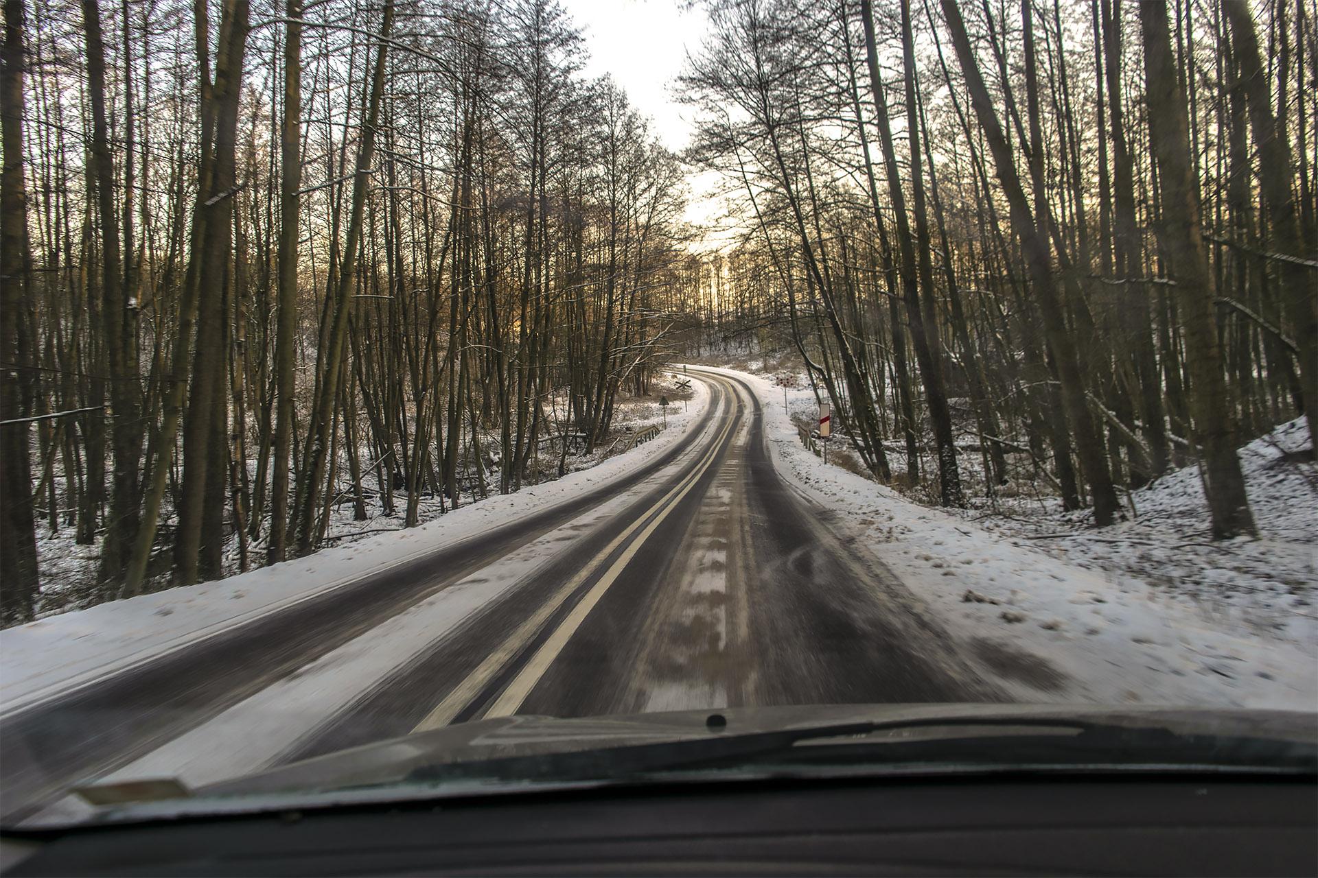 Droga wzdłuż Doliny Noteci - przejazd kolejki wąskotorowej tuż przy stacji Kocik Młyn. Fot. Marcin Maziarz