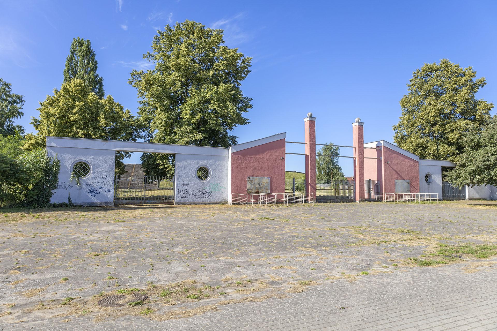Brama stadionu od strony ulicy Mickiewicza kształtem przypomina pierwszą, przedwojenną. Fot. Marcin Maziarz