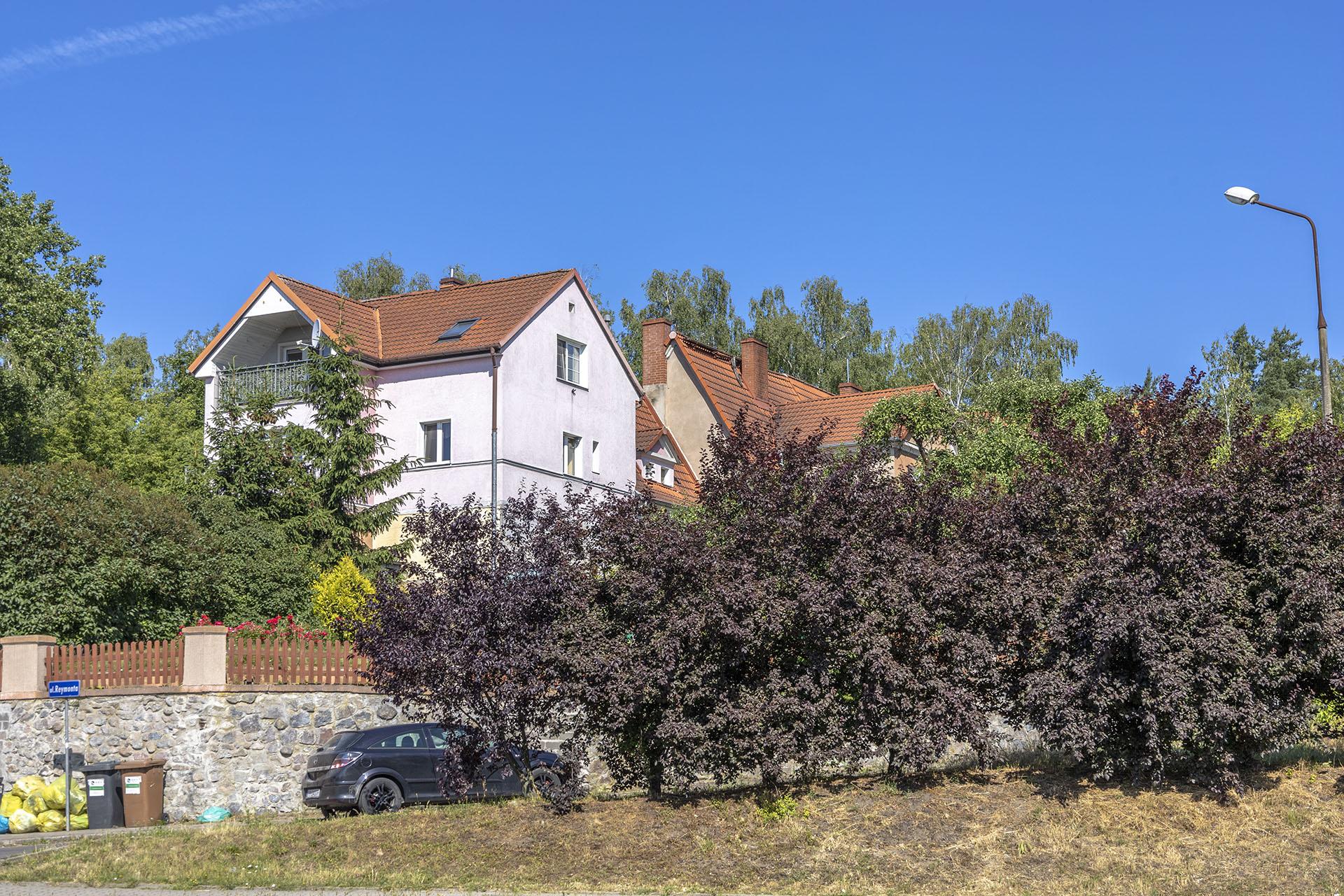 Zabudowa mieszkaniowa przy ulicy Podgórnej wyróżnia się położeniem przy stromej uliczce. Fot. Marcin Maziarz