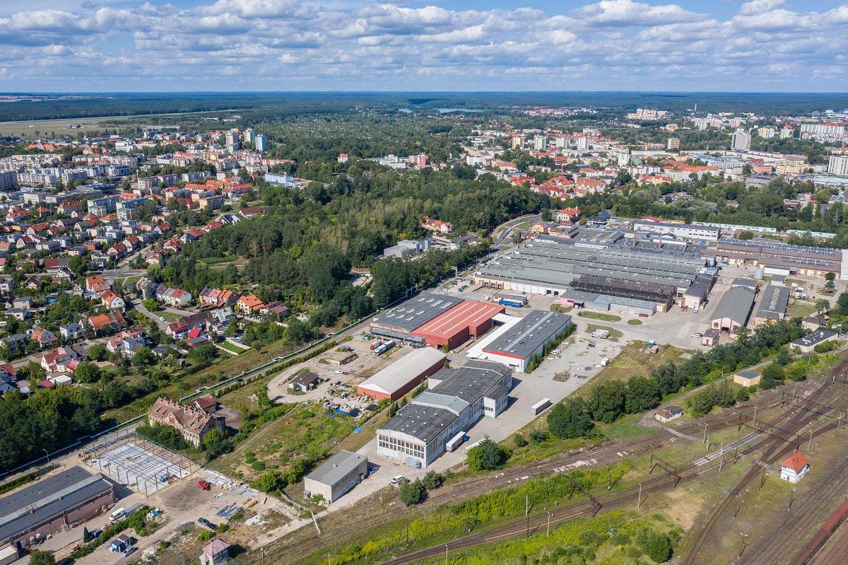 Hale dawnych Zakładów Naprawczych Taboru Kolejowego oglądane od strony terenów kolejowych. Fot. KZ Nieruchomości