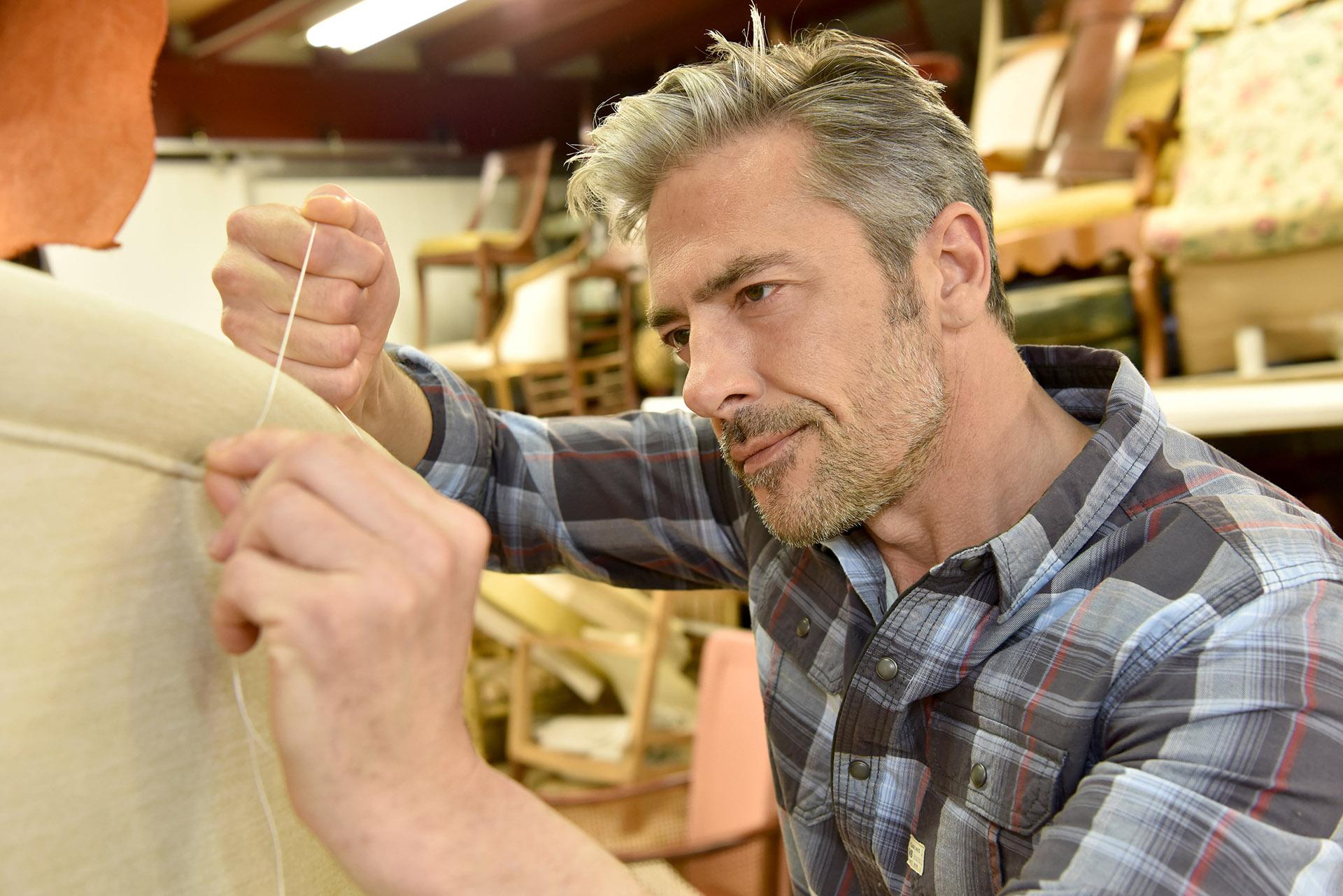 Z brakiem młodych tapicerów mierzą się firmy produkcyjne nie tylko z branży meblarskiej, ale także motoryzacyjnej. Fot. Chroma Stock