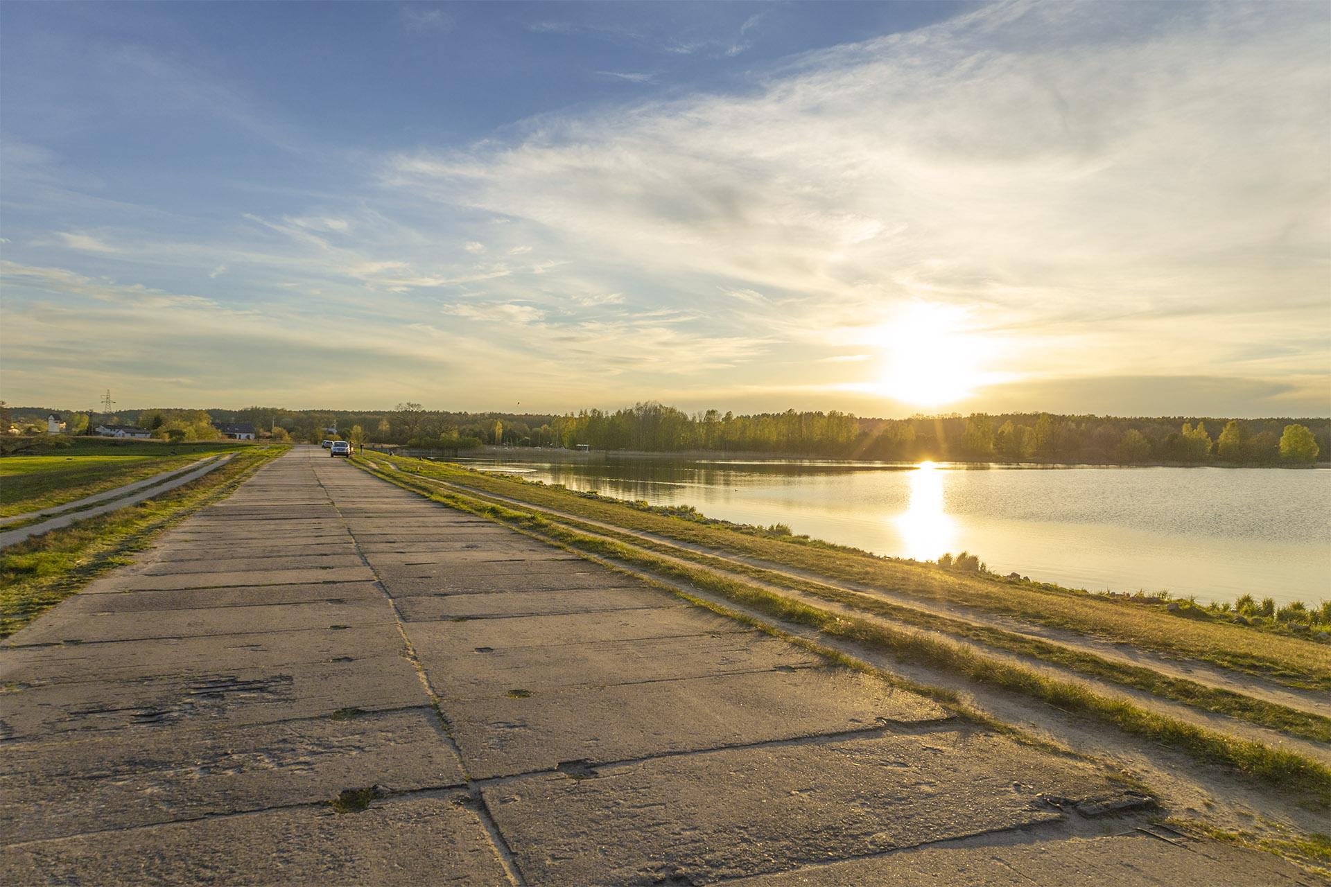 Brzeg Zalewu wzdłuż ulicy Skośnej stał się miejscem wypoczynku nie tylko dla mieszkańców Koszyc. Fot. Marcin Maziarz